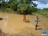 Crianças pescando na lama