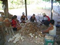 Familias trabalhando na farinhada