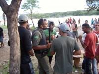 Policiais atuando na cachoeira