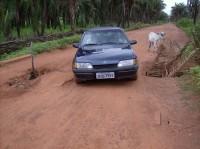 Estrada com manilhas quebradas