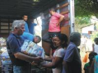 João Alemão entregando alimentos