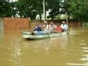 Pessoas sendo transportada em canoas