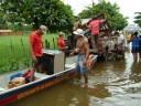 Corpo de Bombeiros ajudando familias alagadas