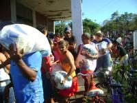 Familias recebendo cestas de alimentos