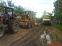 Máquinas recuperando estrada do Mundo Novo