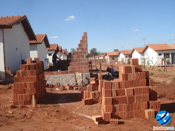 http://jornalesp.com/wp-content/uploads/2010/01/Constru%C3%A7%C3%A3o-de-casas.jpg