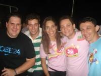 Urias Moura ladeado pela namorada e amigos