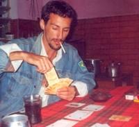 Felipe Santolia jogando baralho com dinheiro