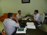 Prefeito Lourival em reunião com Técnico do SEBRAE (1)